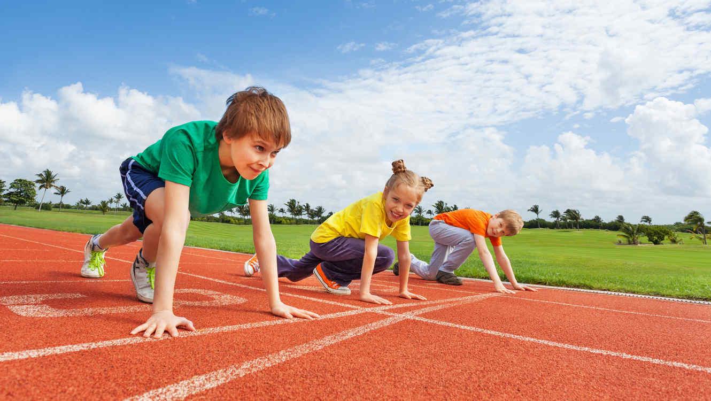 Niños corriendo en clase de educación física
