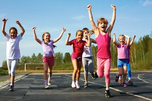Niños hacen educación física