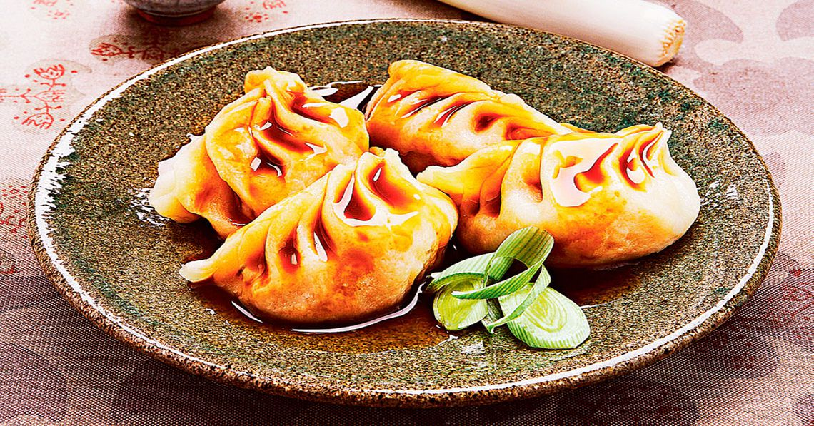 dumpling en un plato con salsa de soya