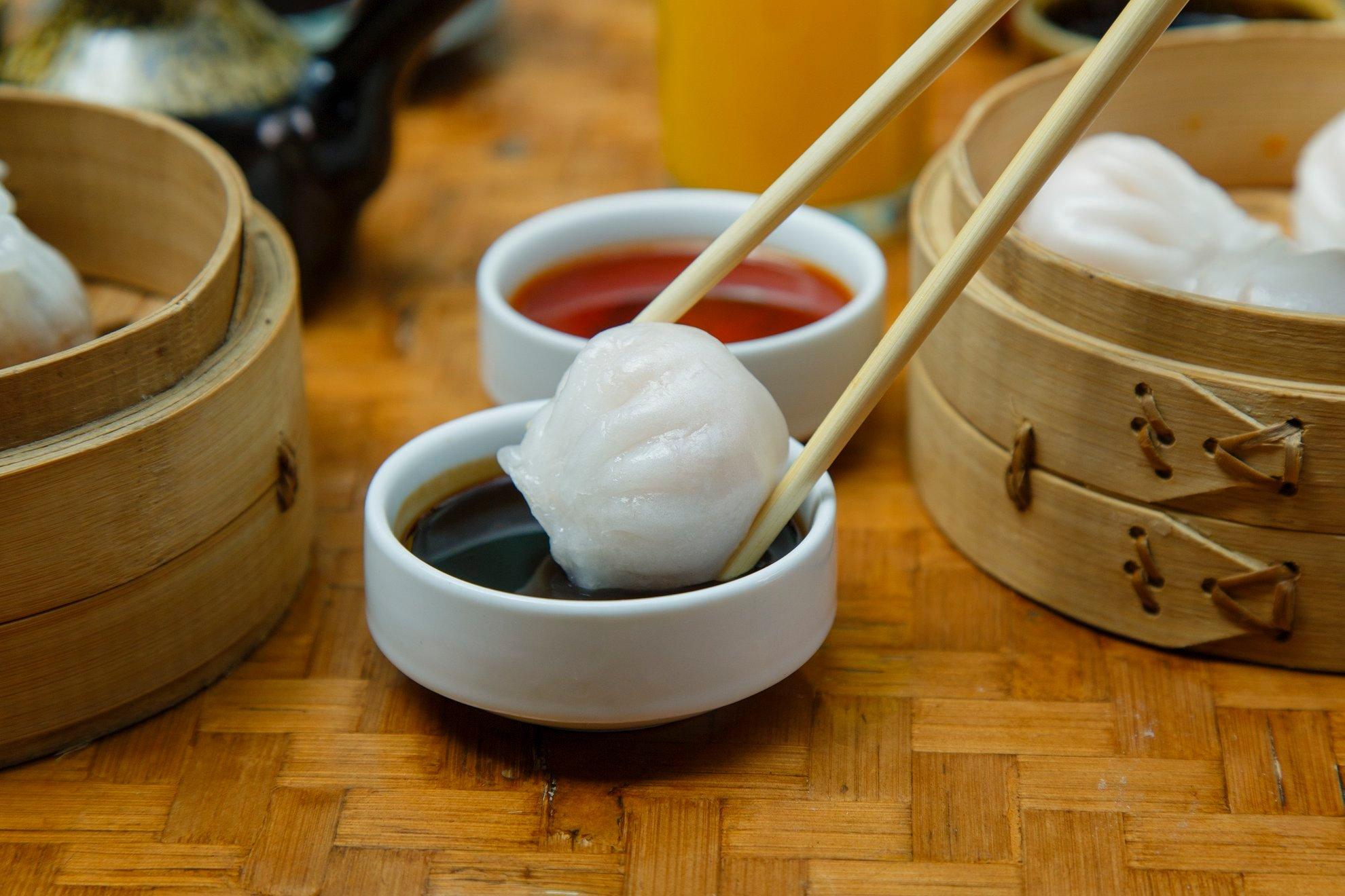 Comiendo dumplings con palillos